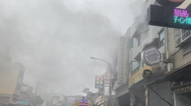 影/台中北屯透天民宅火警 2人受困消防員架梯救出