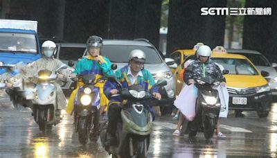 傍晚強降雨襲來!全台2縣市大雨特報 小心雷擊強陣風