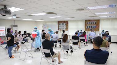 北市40萬長者第2劑疫苗時間排定 AZ和莫德納各從8/24、9/10開打 | 蘋果新聞網 | 蘋果日報