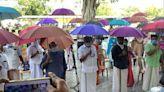 強迫民眾「撐傘」出門 印度祭新招保持社交距離