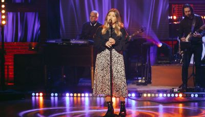 Kelly Clarkson is mesmerizing while covering a Smokey Robinson classic