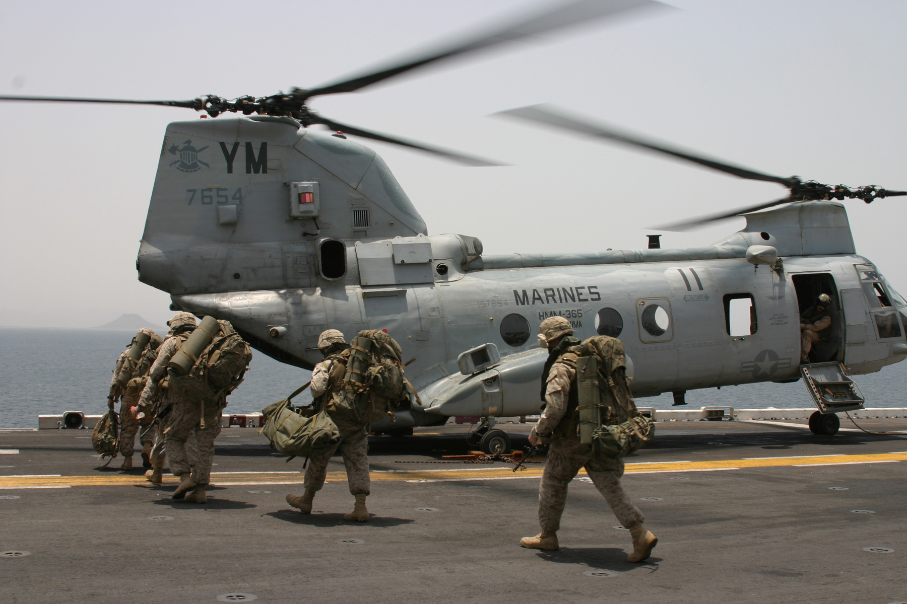 Description Marines CH-46 Helicopter.jpg