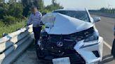 休旅車遭「天外飛來板模」命中 嚇!車頭削掉一大半