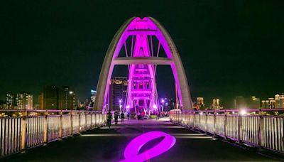 雅詩蘭黛集團為乳癌防治點燈 照亮新月橋 - 工商時報