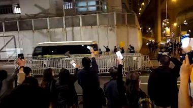 47民主派提堂|警荔枝角收押所外戒備30聲援市民高呼 :加油頂住呀 | 蘋果日報