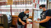 Vigilar cumplimiento de vacuna COVID es disparejo en EEUU