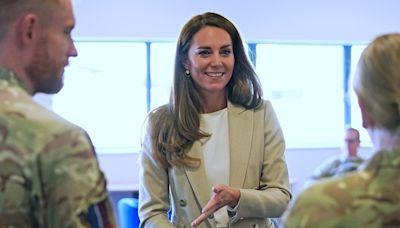 凱特王妃恢復上班!穿西裝褲與梅根「撞型」靠姿勢分勝負 - 自由電子報iStyle時尚美妝頻道