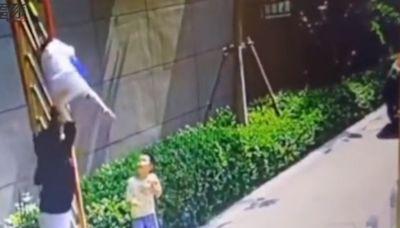 離譜媽逼孩子鑽柵欄 男童卡頭「當場被上吊」恐怖畫面曝光!