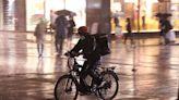 騎著自行車在洪水中掙扎,紐約市通過「外送員有權選擇送貨地點」等六項權益法案 - The News Lens 關鍵評論網