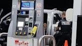 帶娃媽沒錢買汽油被困加油站 警察到場幫付款