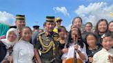 汶萊國王面前演奏大提琴 吳尊10歲愛女鉛筆長腿超吸睛