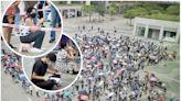 【多圖】東涌流動採樣站數百人續打蛇餅 市民擔凳仔等檢測