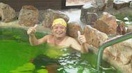 淋雨邊泡湯甘之如飴 民眾颱風天湧礁溪溫泉