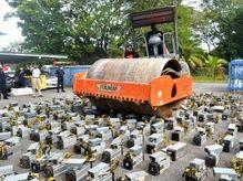 馬來西亞查獲逾千台比特幣挖礦機 壓路機輾碎