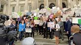 紐約各族裔家長憤怒 走上街頭抗議取消天才班
