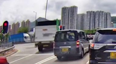 【網民直擊】大涌橋路車禍路口 有司機疑睇錯燈駛前後倒車
