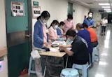 女醫師帶子女接種 施打殘劑不違法!