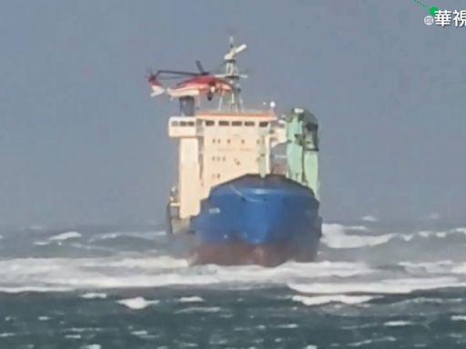 巴籍貨輪擱淺 直升機頂10級強風救14人