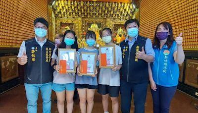 鼓勵學子努力向上 竹縣新豐文財福德宮捐贈獎助學金