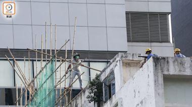觀塘裕民坊清拆糾紛未了 男商戶再度危站天台追討賠償