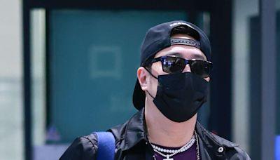 潘瑋柏反戴棒球帽嘻哈酷感 LV黑色胸前包摩登時髦