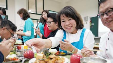 全台唯一國中小100%自設廚房!嘉義市長黃敏惠:吃飽吃好讓餐桌變成書桌