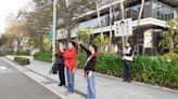 蔣萬安偕妻街頭拜票 爭取選民支持 (圖)