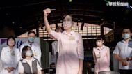 替總統接種 護理師高舉疫苗動作暴紅