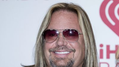 Mötley Crüe singer Vince Neil breaks ribs after falling off stage during Tennessee show