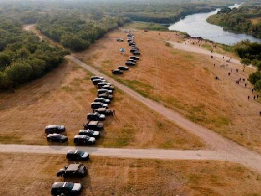 """得州州長批准用車建立""""屏障""""以阻止海地移民進入該州-國際在線"""