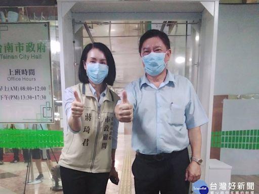 台南市政顧問王平川、蔣琦君 媒合企業捐贈市府防疫消毒門