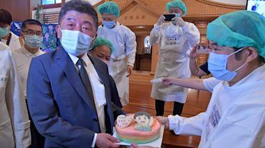 陳時中視察慈濟疫苗施打站 醫護送「阿中蛋糕」祝父親節快樂