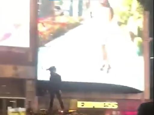 不是科幻片|男子踏「航拍機」 飛越紐約時代廣場半空 (有片) - 新聞 - am730
