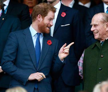 """Príncipe Harry dice que su abuelo, el príncipe Philip, era buen escucha: """"nunca escudriñaba"""""""