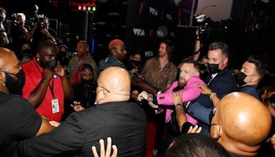 紅毯走到一半爆衝突!「格鬥選手出拳打男歌手」混亂畫面曝光