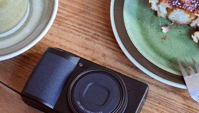 猶如人眼般的獨特 40mm 焦段街拍太刀機, Ricoh GR IIIx 定焦數位相機動手玩 - Cool3c