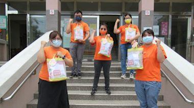 防疫更需關懷 弘道社工化身外送員分送長輩防疫包 - 即時新聞 - 自由健康網