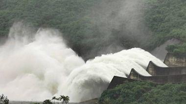 颱風要來了?曾文水庫洩洪「3港全開」 遊客直誇「值回票價」
