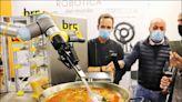 《中英對照讀新聞》Ole! Spanish chef gives thumbs up to a robot-made paella真棒!西班牙大廚大讚機器人烹調的海鮮飯