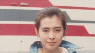 54歲王祖賢現身街頭遛狗! 「短裙露長腿」根本少女