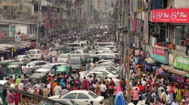 印度富豪搶購千萬賓士車,窮人正在流離失所