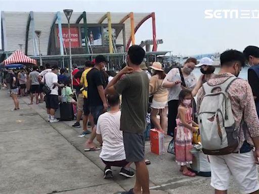 「逃難潮」畫面曝光!小琉球遊客塞爆碼頭 憂船停航回不去