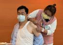 疫苗擴大61萬人接種! 「防疫五月天」的他率先挨針:比蚊子叮還沒感覺