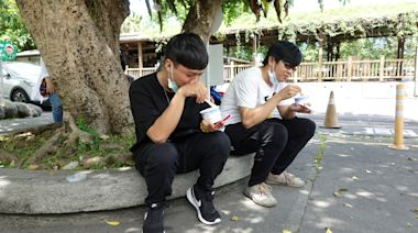 微解封開心吃冰「找回久違的幸福」 花蓮糖廠遊客納涼「很舒服」   蘋果新聞網   蘋果日報