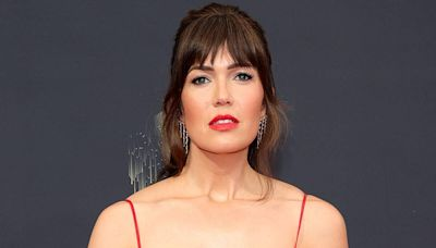 """See """"Naked"""" Mandy Moore Eat Pizza in Her Pantry After the 2021 Emmys"""