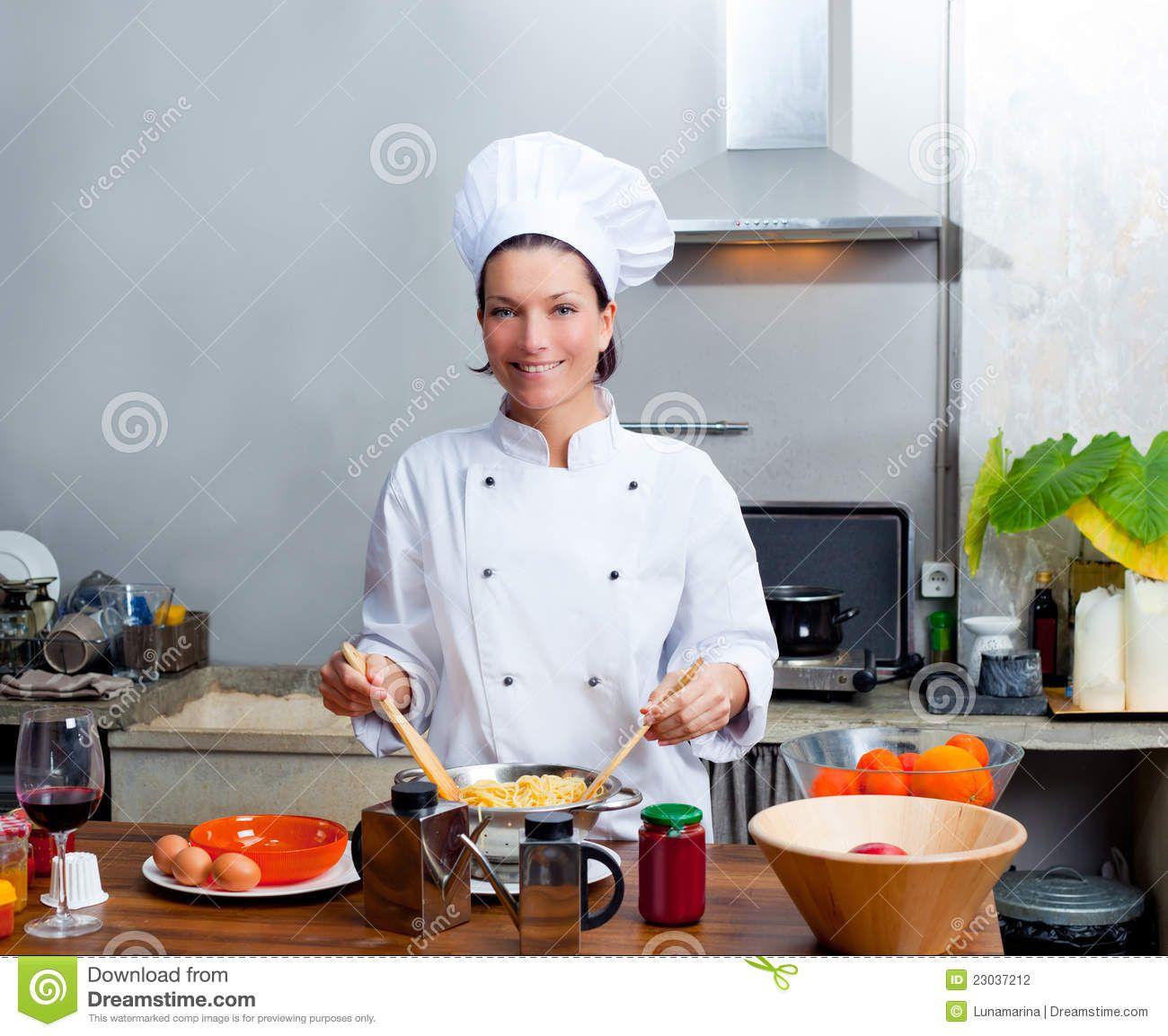 Retrato Da Mulher Do Cozinheiro Chefe Na Cozinha Foto de ...