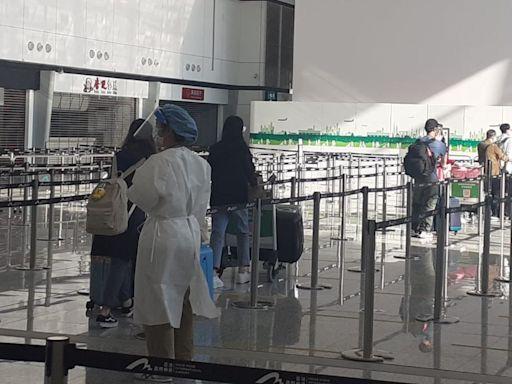 首批疫下滯英者專機凌晨返港 赴青衣華逸酒店強檢21日 商務位搶至3萬元 | 蘋果日報