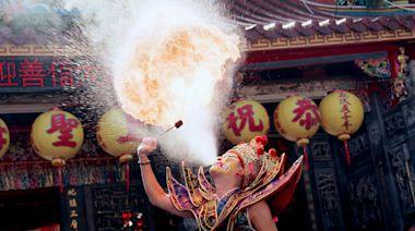 《神之鄉》男星「嘴裡含煤油」練噴火! 嗆暈受不了:味道太可怕