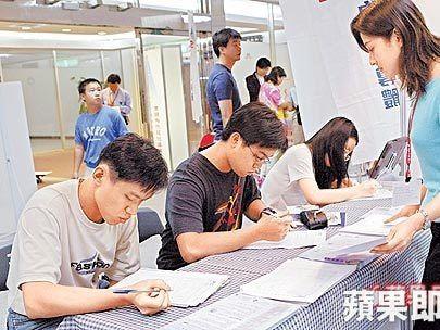 10萬低利貸 2天67萬人申請超過限額 勞動部:繼續收件   蘋果新聞網   蘋果日報