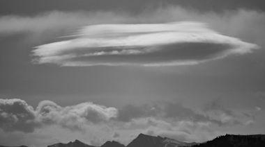 長圓柱型UFO飛越客機上方!機師空中對話曝光 美航證實「是真的」